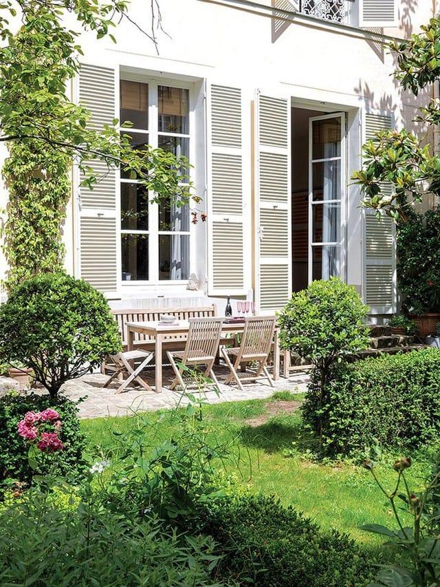 Phòng khách được bố trí ngay cạnh vườn với hai khung cửa kính đủ rộng, đủ trong suốt để những người ngồi trong phòng có thể ngắm trọn vẻ đẹp bên ngoài. Cách trang trí đơn giản, đối xứng với những nội thất và màu sắc giản dị giúp cho không gian thêm tinh tế và thanh lịch.