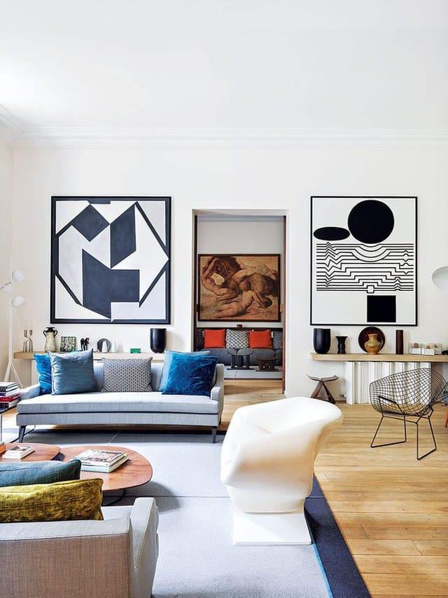 Sự nổi bật từ màu sắc tương phản với tường, hình khối đặc biệt giúp phòng khách đẹp nghệ thuật hơn.