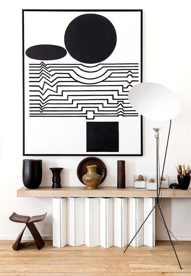 Phòng bếp được trang trí đơn giản với hai mảng màu đối lập của tường và tủ bếp là ghi và trắng. Nét độc đáo được thể hiện rõ nét ở bộ bàn ghế ăn đặt ở giữa.