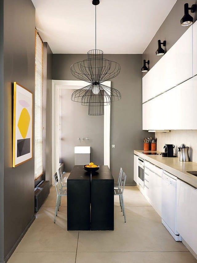 Sự giao hòa giữa ánh sáng tự nhiên và màu sắc trong phòng giúp cho không gian bếp núc trở nên ấn tượng bất ngờ.