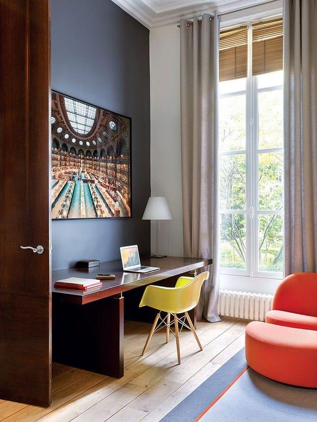 Góc làm việc vẫn có điểm nhấn trẻ trung từ ghế thư giãn giúp cho mọi người vừa làm việc vừa nghỉ ngơi ngay trong phòng.