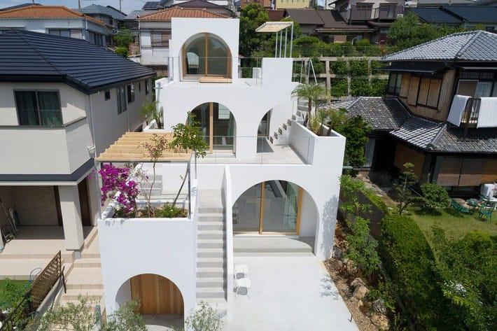 Ngôi nhà bốn tầng có thiết kế mái vòm độc lạ khiến hội những người yêu thích toán hình học phải mê đắm - Ảnh 1.