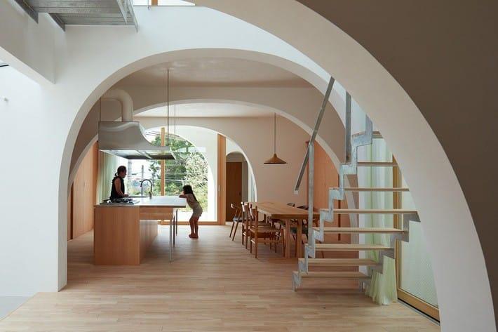 Ngôi nhà bốn tầng có thiết kế mái vòm độc lạ khiến hội những người yêu thích toán hình học phải mê đắm - Ảnh 3.